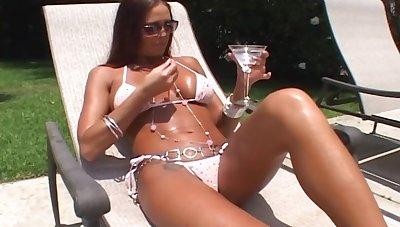 Sunbathing hottie Cheyenne Hunter fucked by the pool guy in her ass