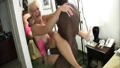 Busty grown-up amateur gives a smashing blowjob