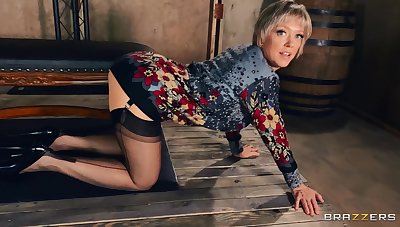 Dirty mature pornstar Dee Williams opens will not hear of legs to plunge will not hear of ass