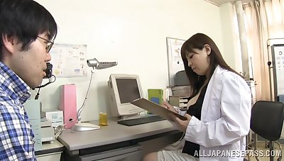 Obese Japanese falsify takes off her clothes to pleasure her patient