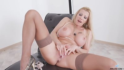 Seductive blonde model Lara De Santis pleasures the brush cravings